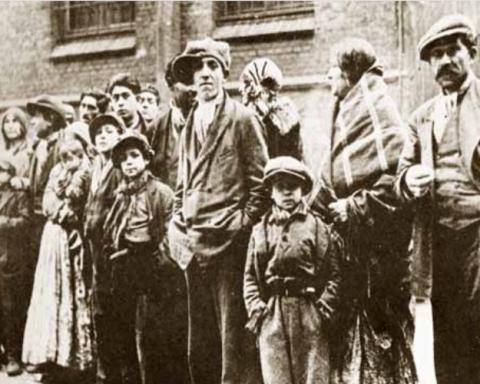 68 norske romer ble nektet innreise til Norge i 1934. Bildet viser gruppen før de ble uttransportert fra  Danmark til Tyskland. Familiefaren Josef Karoli (ti høyre) var blant de mange som senere ble drept i  Auschwitz. Foto fra boka «En for hverandre».