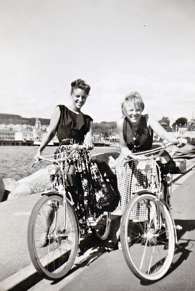 Inger og Solveig på sykkeltur i 1959. Klikk for å lese reisefortellinga deres.