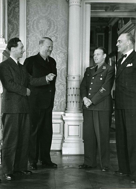 Gulbrand Lunde, Vidkun Quisling, Rolf Jørgen Fuglesang og Kjeld Stub Irgens(?). Foto: Statsarkivet.