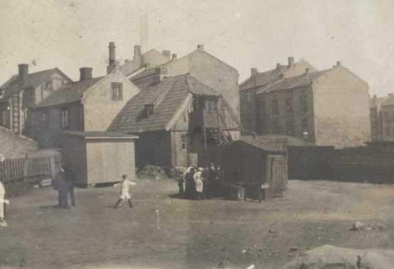 Barn leker i Smedgata på Enerhaugen i 1910.