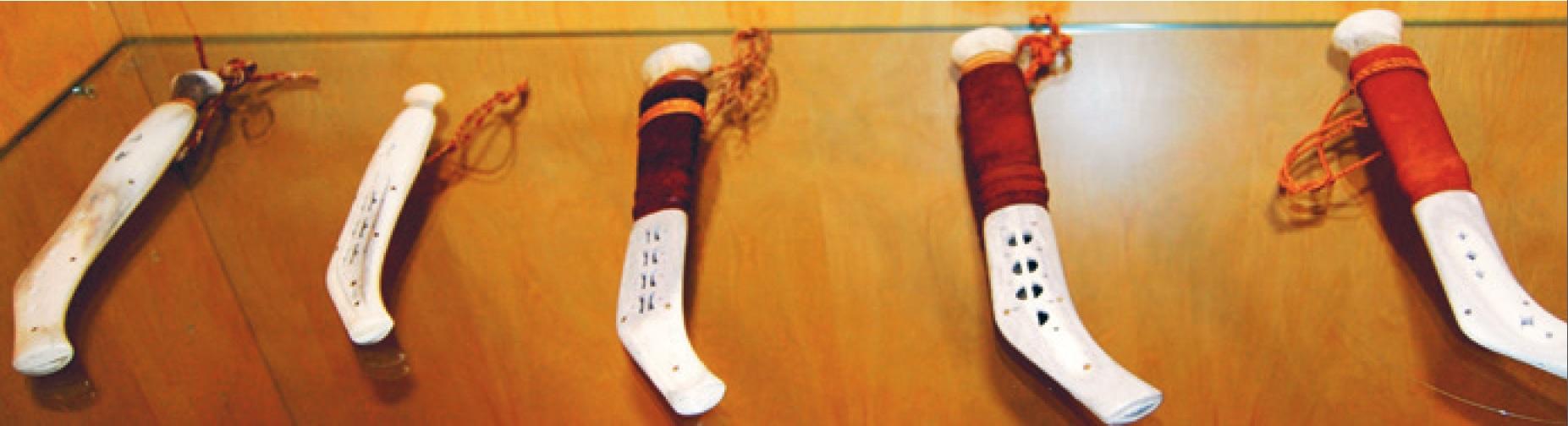 Niibbit. Varianter av kniver med slirer av reingevir. Fra utstillingen Duodji 2012 ved Riddo Duottar Museat. Jon Ole Andersens duodji utstilt på Diehtosiida. Foto: Samisk arkiv / Sámi Arkiiva