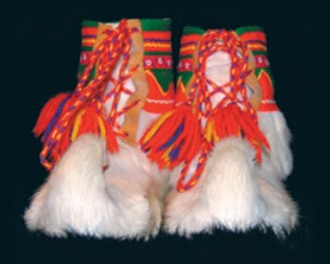 Goikkehat. Lyse skaller var populære, men skaller av hvitt reinskinn er en sjeldenhet. Her et par godt brukte eksemplarer. Foto: Samisk arkiv / Sámi Arkiiva.