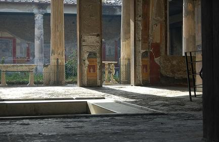 Domus var i stor grad offentlig og søylehallene atrium og peristyl ble brukt til å motta gjester og amici. Her fra atriet i Vettiernes hus i Pompeii.