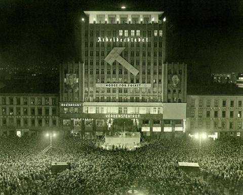 Arbeiderpartiets valgmøte på Youngstorget kvelden før stortingsvalget i 1936. Foto: Arbark.