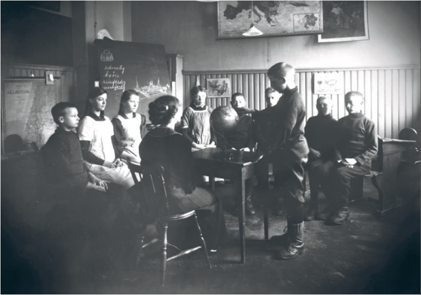 Lærerinne og elevar ved døveskolen i Kristiania. Original i Statsarkivet i Oslo (A-10023 Skådalen skole: Ua_3) – utsnitt.