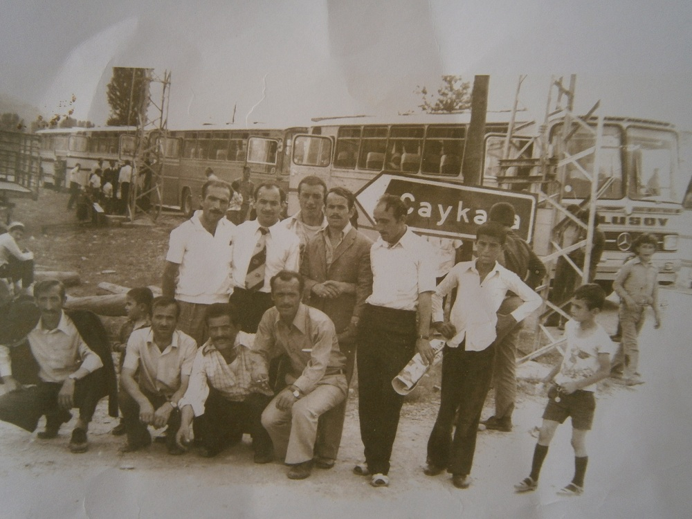 Bilde 3: En gruppe emigranter venter på at bussene i bakgrunnen skal ta dem til Çaykara. Bilde fått av og brukt med tillatelse av Neriman Çakır.