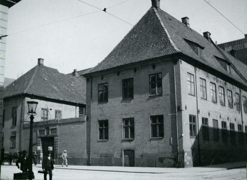 Garmanngården var byens rådhus og politikammer i 1815. Her ser vi huset i 1912. Lokalhistoriewiki.