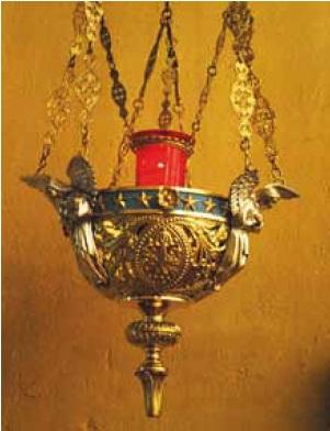 Den røde lampen i katolske kirker vitner om at sakramentet er til stede i tabernakelet, det vil si at Jesus selv er virkelig til stede der. Fra St. Paul kirke i Bergen. Foto: Ragnhild H. Aadland Høen.