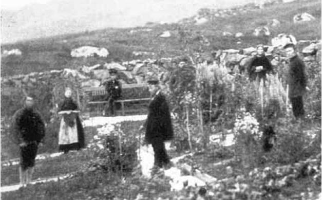Pastor Bauer med konvertitter i prestegårdshagen i Thorshavn, Færøyene. Trolig 1860-åra, ukjent fotograf, skanna fra Kjelstrup: Norvegia Catholica.