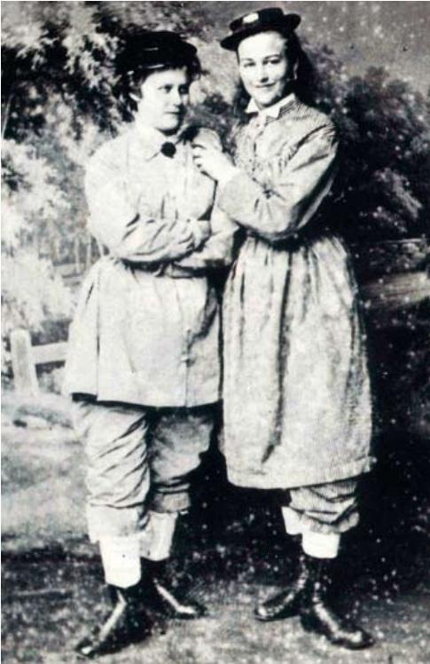 Elis Kroeplien og Sophie Dahl poserer i tidlige reformdrakter i Bergen på 1870-tallet. Foto: Marcus Selmer.