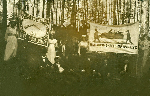 Bildet er fra den antimilitaristiske 17. mai-demonstrasjonen på Rjukan i 1914. Foto: Arbark