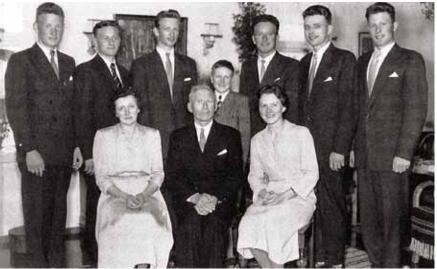 """Dei tidtnemnde 7 sønene på grannegarden"""" med foreldre og syster. Familien Fjellestad fotografert i 1957. Familiefoto i Anna Fjellestads eige."""