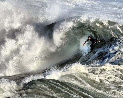 A surfer inside the curl of a wave that is breaking. Foto; Brocken Inaglory @ Wikimedia commons