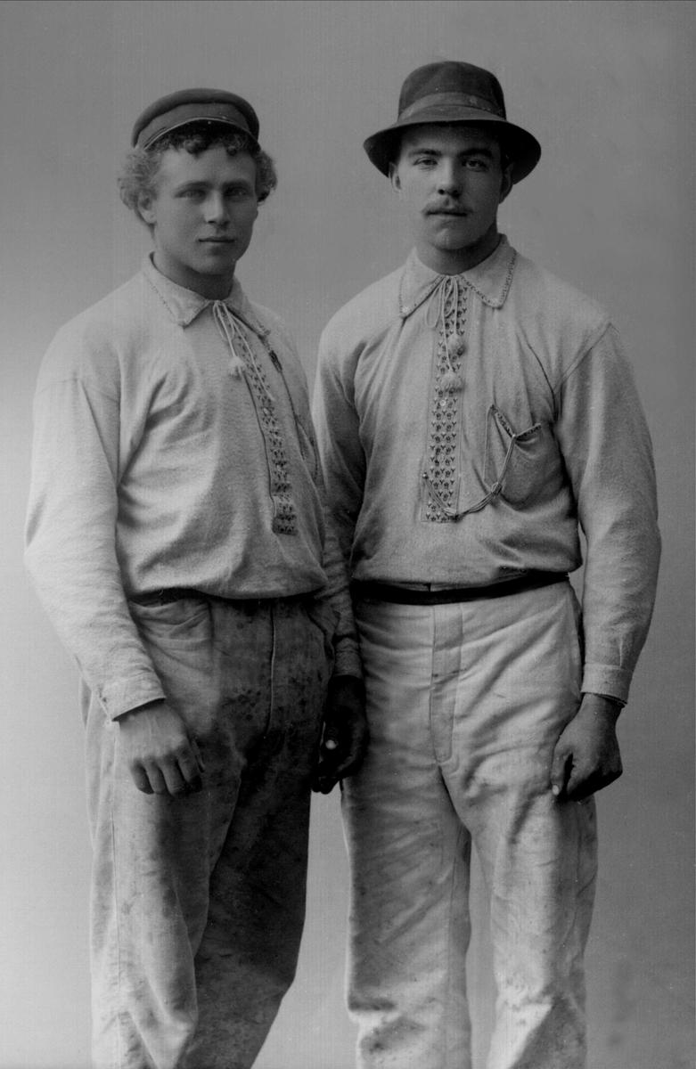 To unge svensker, trolig murere, hos fotografen i Kristiania i 1898. <br>Foto: Gustav Borgen @ Norsk folkemuseum.