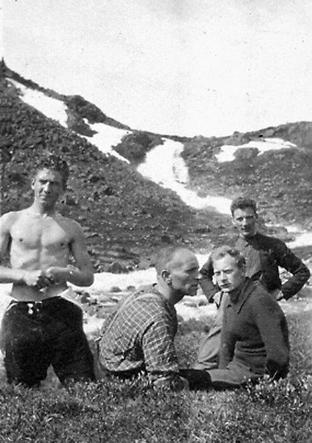 Partikamerater på fjelltur i begynnelsen av 1920-årene. Fra venstre: Haakon Lie, Martin Tranmæl, Einar Gerhardsen og Ola Stigum. Foto: Arbark