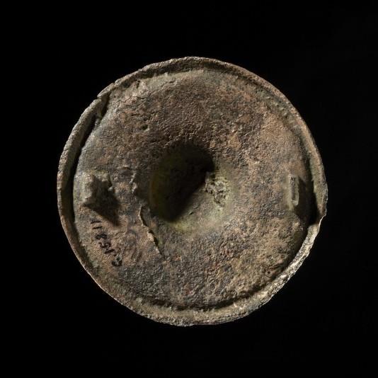 C15811 (forside og bakside). Irsk beslag fra relikvieskrin, omgjort til draktspenne. Funnet i kvinnegrav fra 800-tallet, i Skedsmo, Akershus. Adnan Icagic/Kulturhistorisk museum
