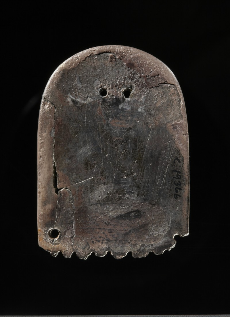 C19366. Beslag fra frankisk sverdbelte. Slike belter ble blant annet brukt av krigere knyttet til Karl den Stores hoff. Funnet i kvinnegrav fra Lindesnes, Vest-Agder, datert 900-950. Adnan Icagic/Kulturhistorisk museum