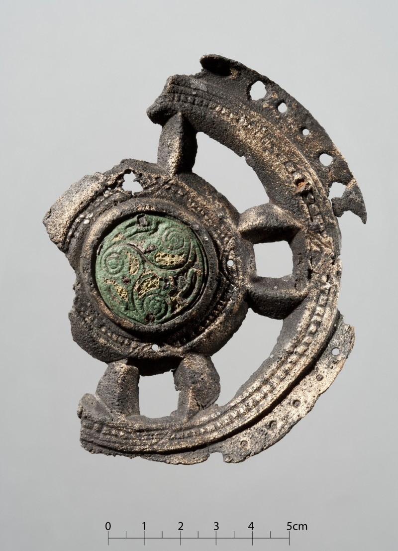 Bilde merket C24193v. Irsk beslag, trolig fra et alter eller relikvieskrin. Funnet i en kvinnegrav fra Nord-Aurdal i Oppland, datert 800-850. Adnan Icagic/Kulturhistorisk museum