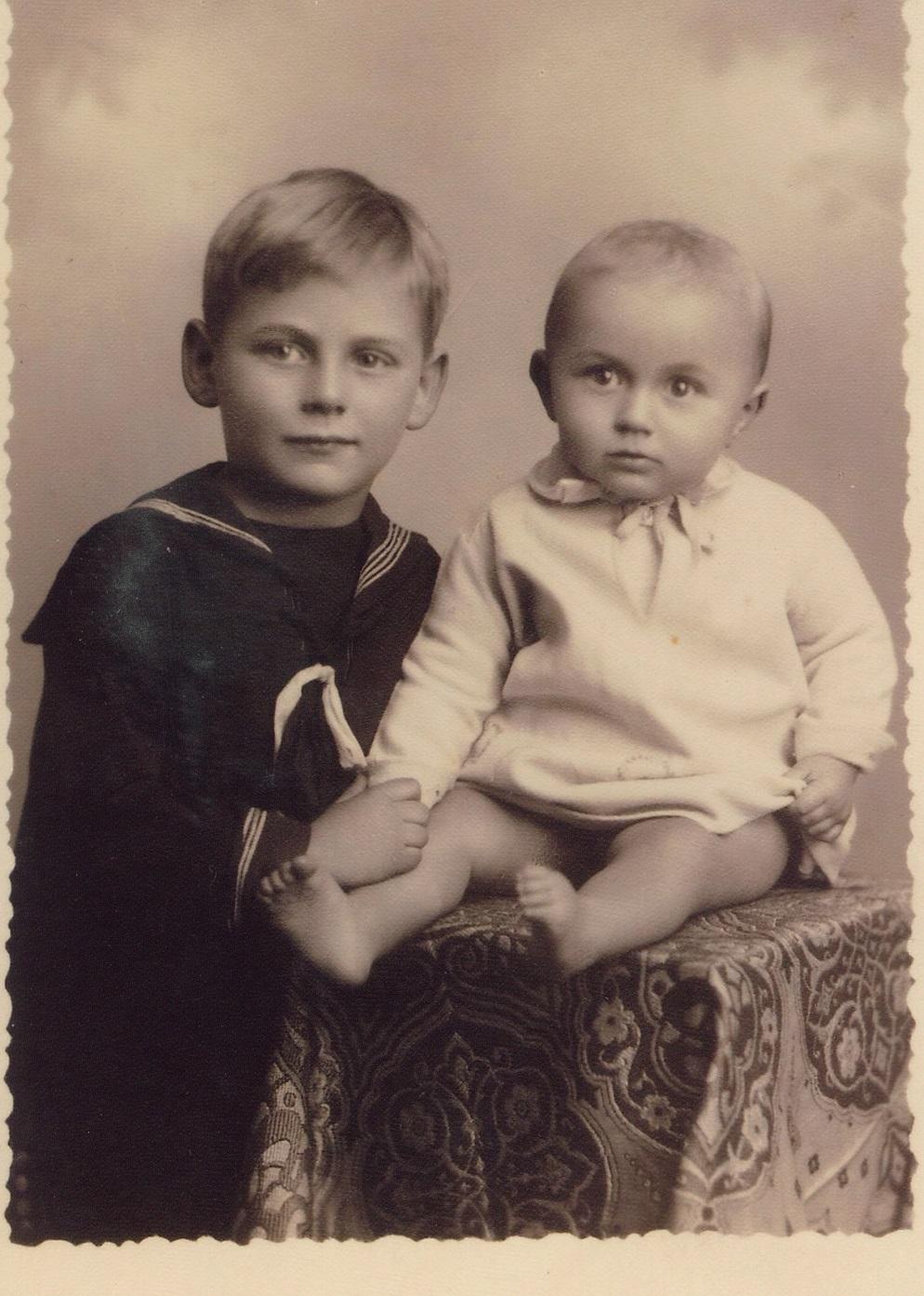 Edgar Brichta overlevde krigen og hans pleiefar som var NS-medlem anga han aldri. Her er Edgar avfotografert med sin søster Vera. Fra arkivet etter Edgar Brichta, HLsenteret