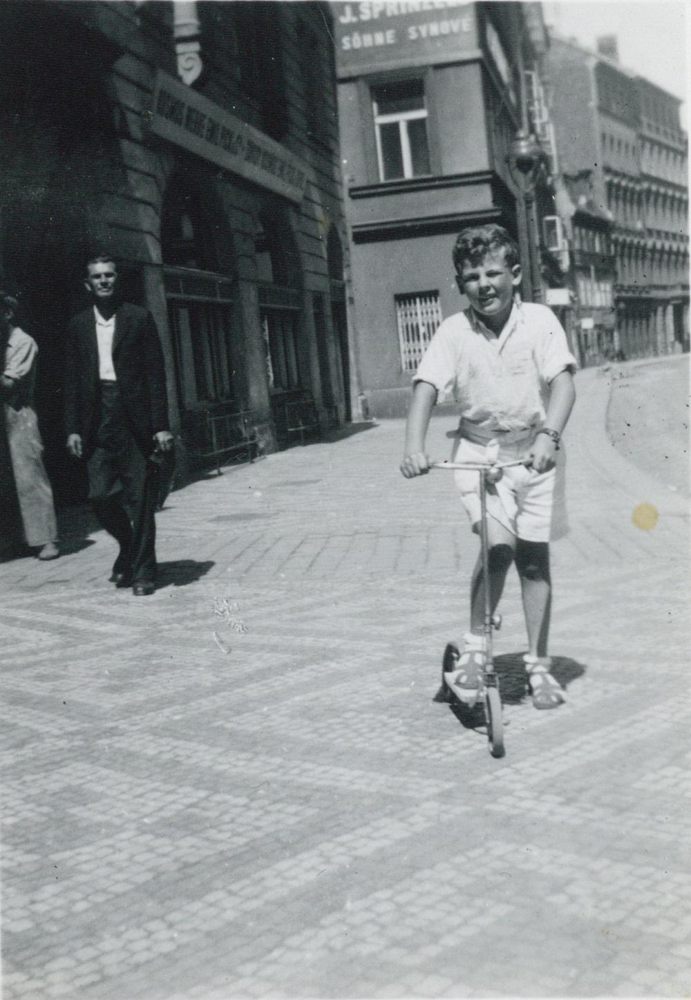 Karl Peter Federer 1941 Praha: Da Norge også ble okkupert av Tyskland, anså Karl Peter Federers foreldre at det var like utrygt som hjemlandet Tsjekkoslovakia og kalte han hjem. Foto fra Praha i 1941 i arkivet etter Karl Peter og Victor Federer, HL-senteret