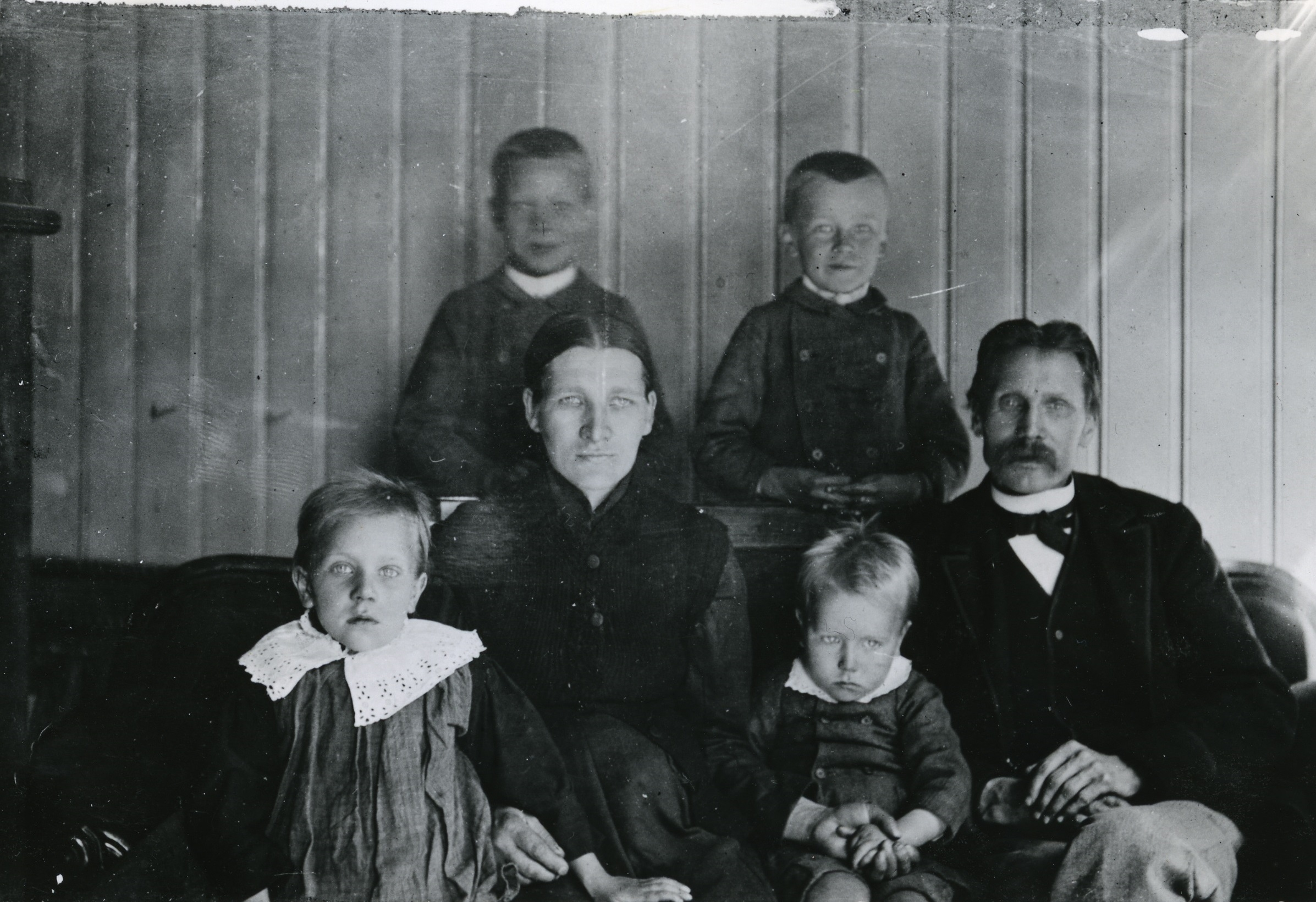 ANTON OG FAMILIEN: BAK STÅR KARL F. 1882 OG OSKAR F. 1885, I MIDTEN ANTONS MOR OG FAR OG FORAN ANNA F. 1887 OG ANTON F. 1890. FOTO: ARBEIDERMINNER, PRIVAT FOTO.