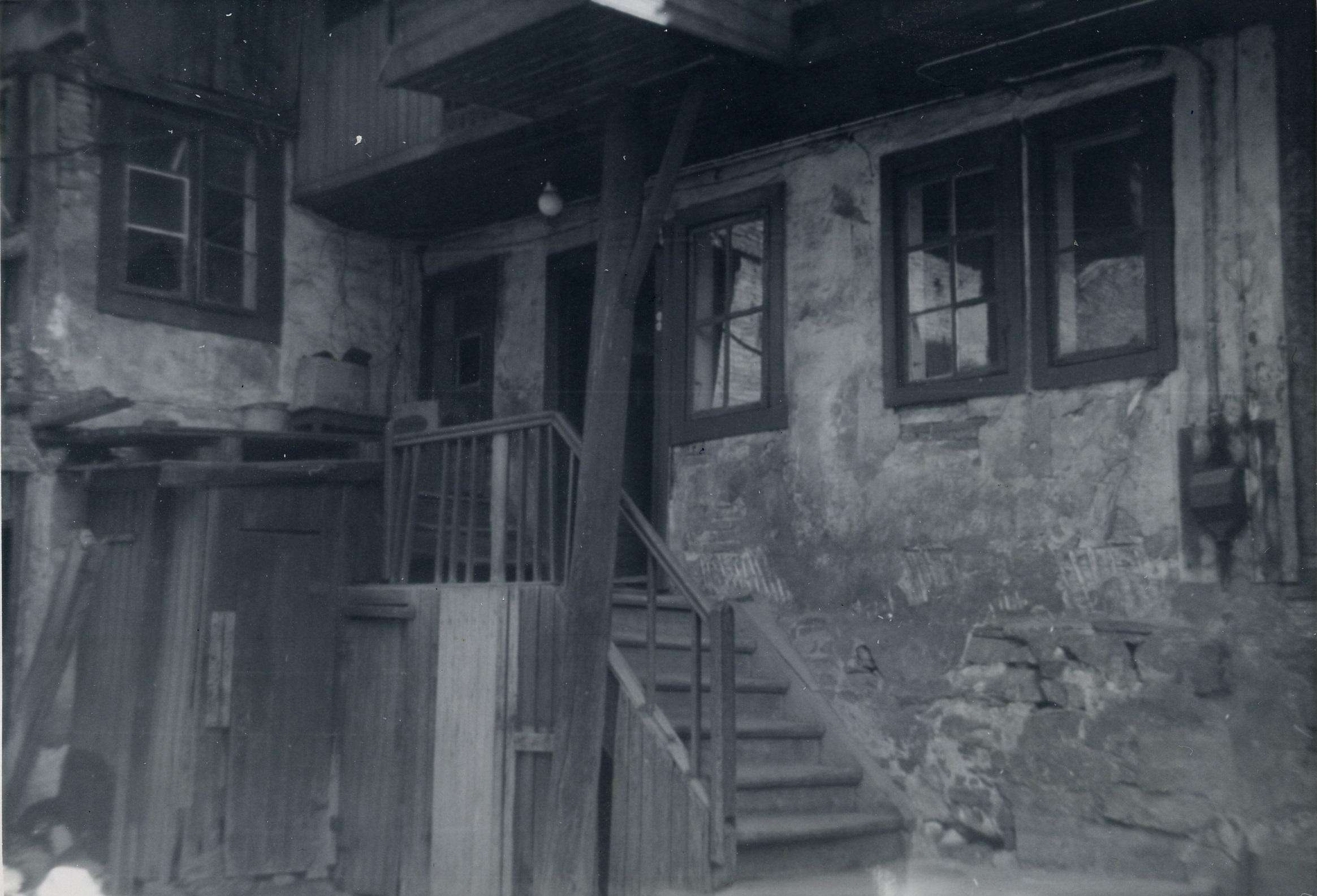 Trange gårdsrom: Lakkegata 28, inne i gården. Foto: Anton Andresen, Arbeiderminner 1962.