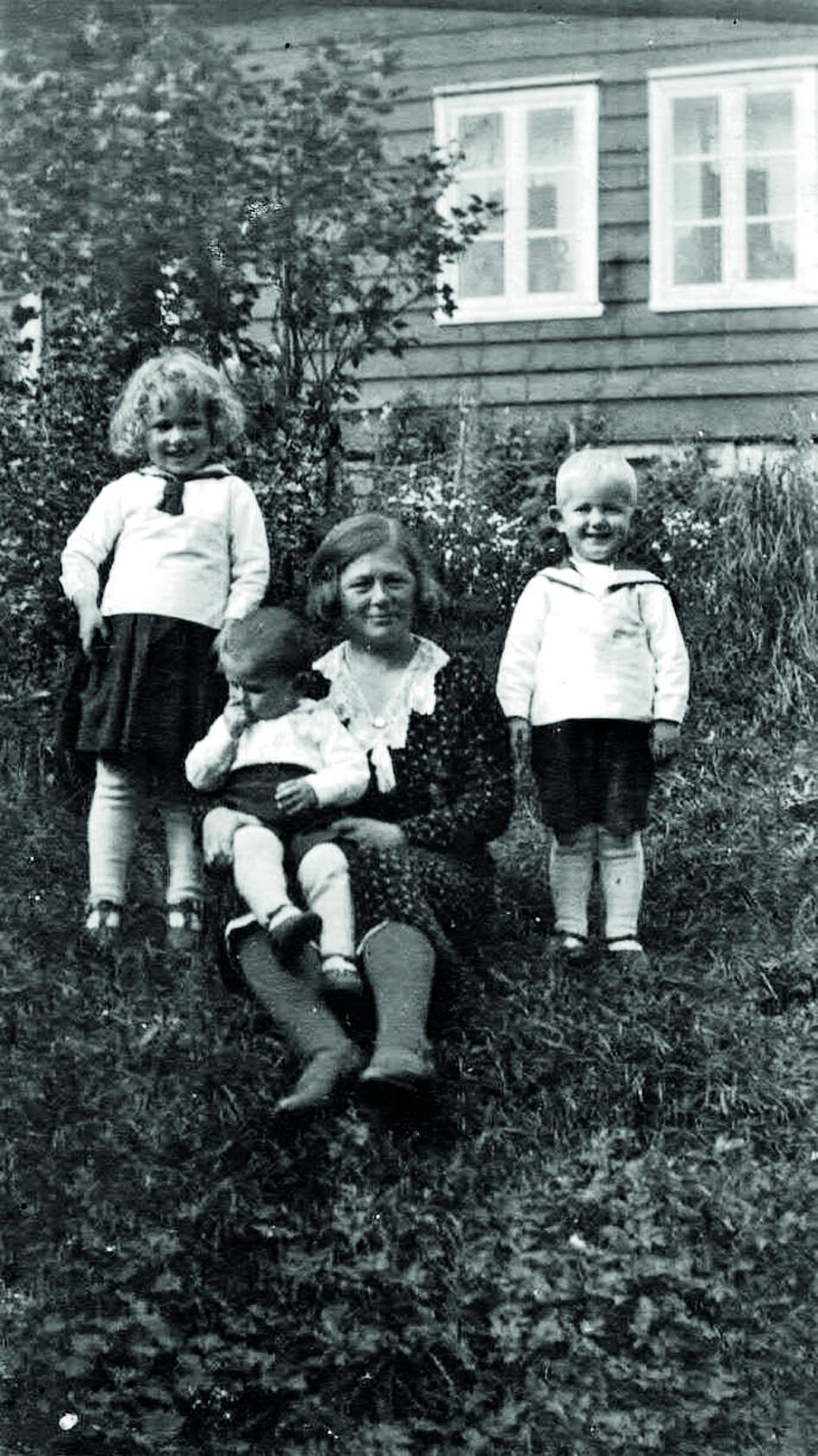 Høgre: Hilda Lunden (fødd 1901) med borna Dagunn (f.1928), Kåre (f. 1930) og Steinar (f. 1931). Foto: Ludvik Lunden 1933.