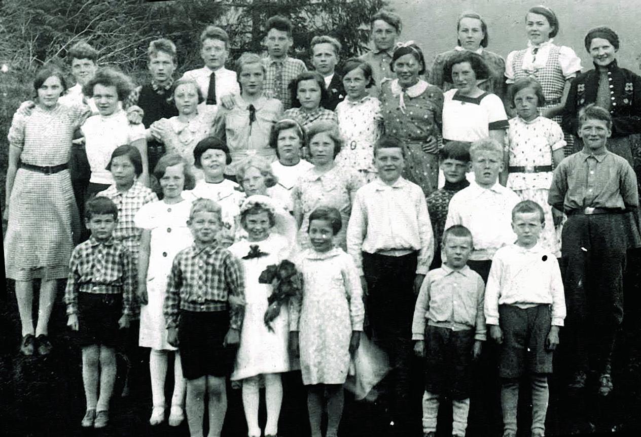 venstre: Jonsokbryllaup på Solhaugane i Naustdal 1939. Det var eit tradisjonelt innslag i midtsommarfeiringa at ungar agerte brudepar. Den krye brudgommen her er Kåre Lunden. Fotograf ukjent. Høgre: Hilda Lunden (fødd 1901) med borna Dagunn (f.1928), Kåre (f. 1930) og Steinar (f. 1931). Foto: Ludvik Lunden 1933.