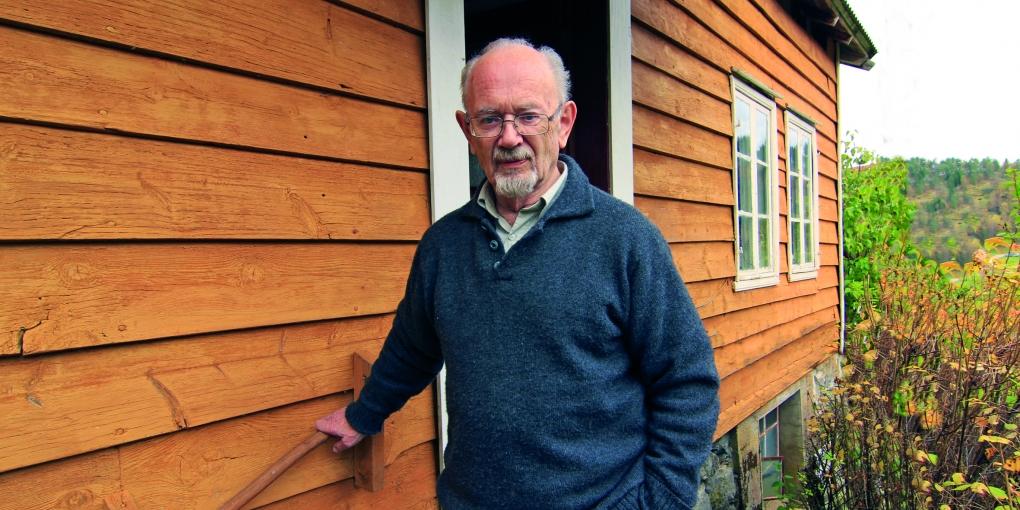 Kåre Lunden på same trappa vel 60 år seinare. Foto: Kåre Byrkjeflot, 2010.