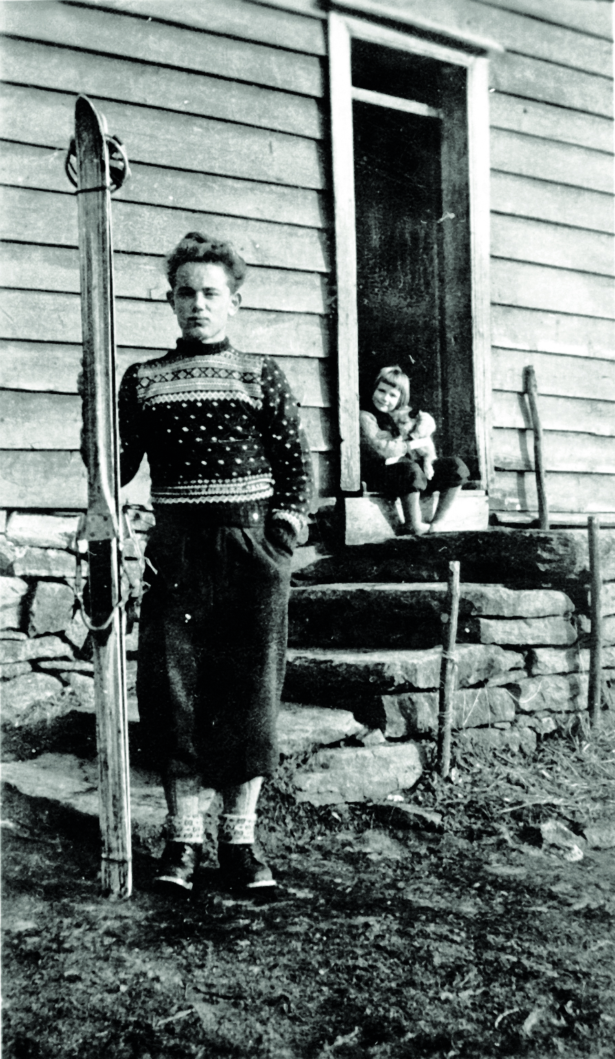 Nye ski med stålkantar. Biletet er teke i 1948. Kåre Lunden med veslesyster Eldrid i bakgrunnen på trappa til våningshuset på heimegarden. Familiefoto.