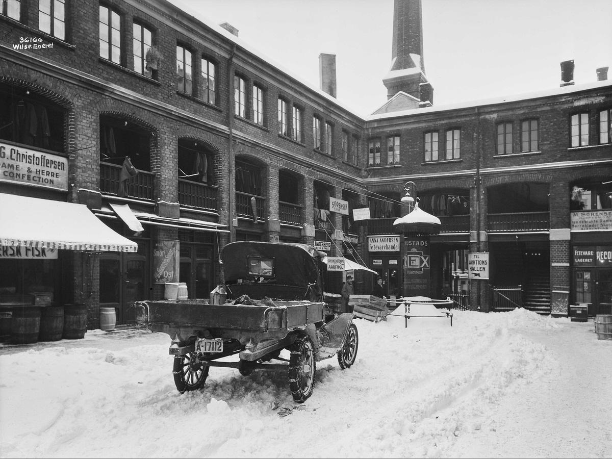 """Inne i selve basaren finner vi """"M. Sørensen, kjøp og salg af brukte Dame og Herreklæder"""". Foto Anders Beer Wilse, 1930."""