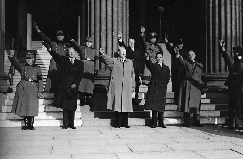 Arbeidstjenestens samling på universitetsplassen 27. oktober 1941. Orvar Sæther står på bakre rad langst mot høyre. Foto: Riksarkivet via Wikimedia commons.