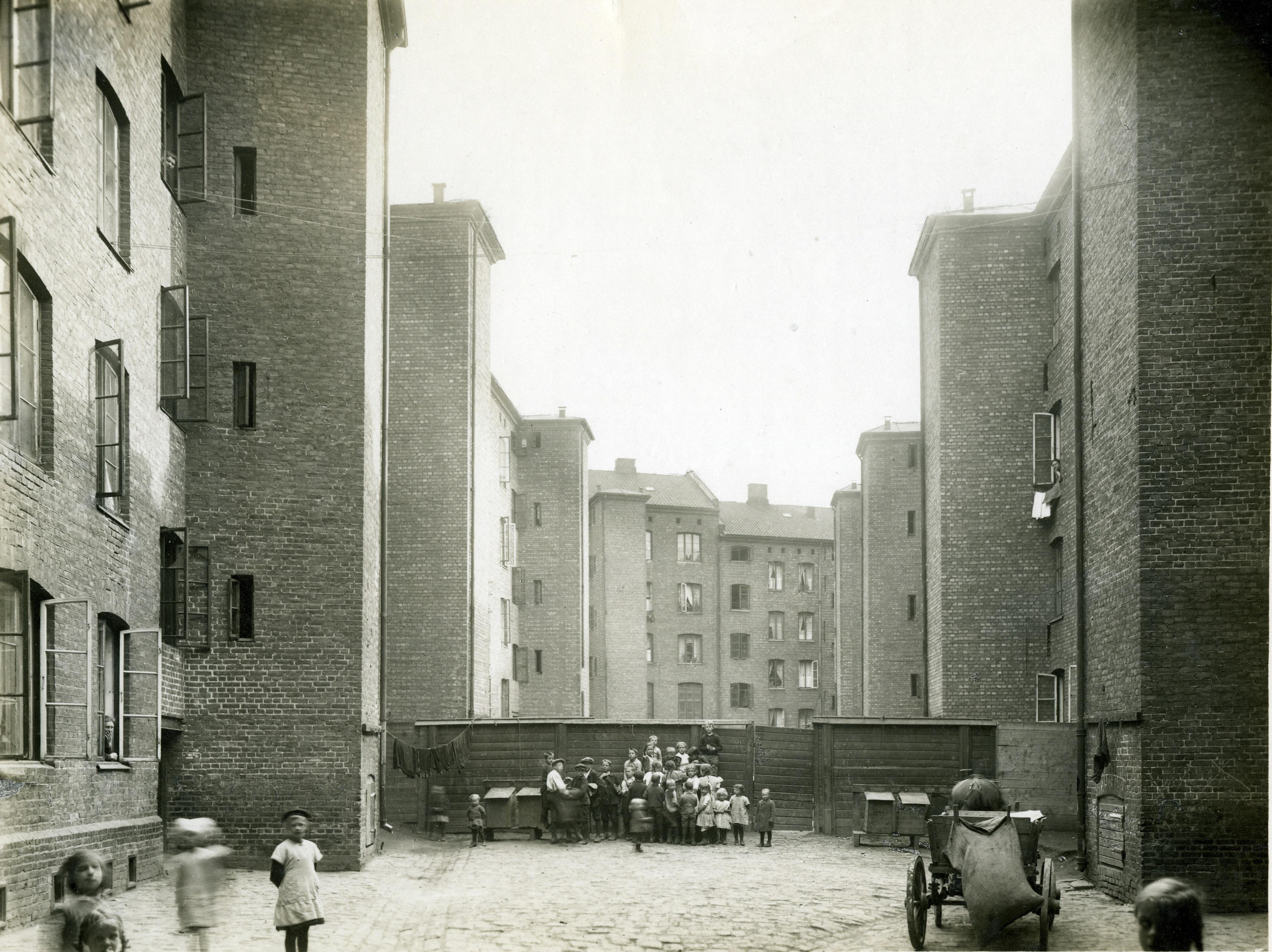 Gråbeingårdene i Lakkegata på Tøyen. På slutten av 1800-tallet ble det bygget store leiekaserner med trange gårdsrom. Fotograf: Anders Beer Wilse. A-10001/Ua/0011/031