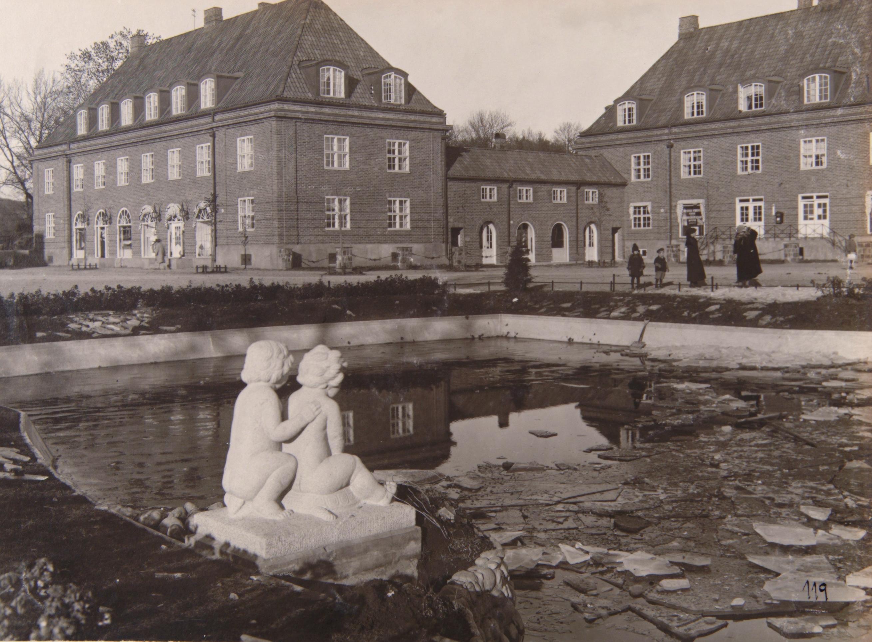 Ullevål hageby ble bygd ut i årene 1916-1922. Utbyggingen kostet kommunen 25 millioner, og solgt for kun sju millioner. A-20018/Ua/0001/106