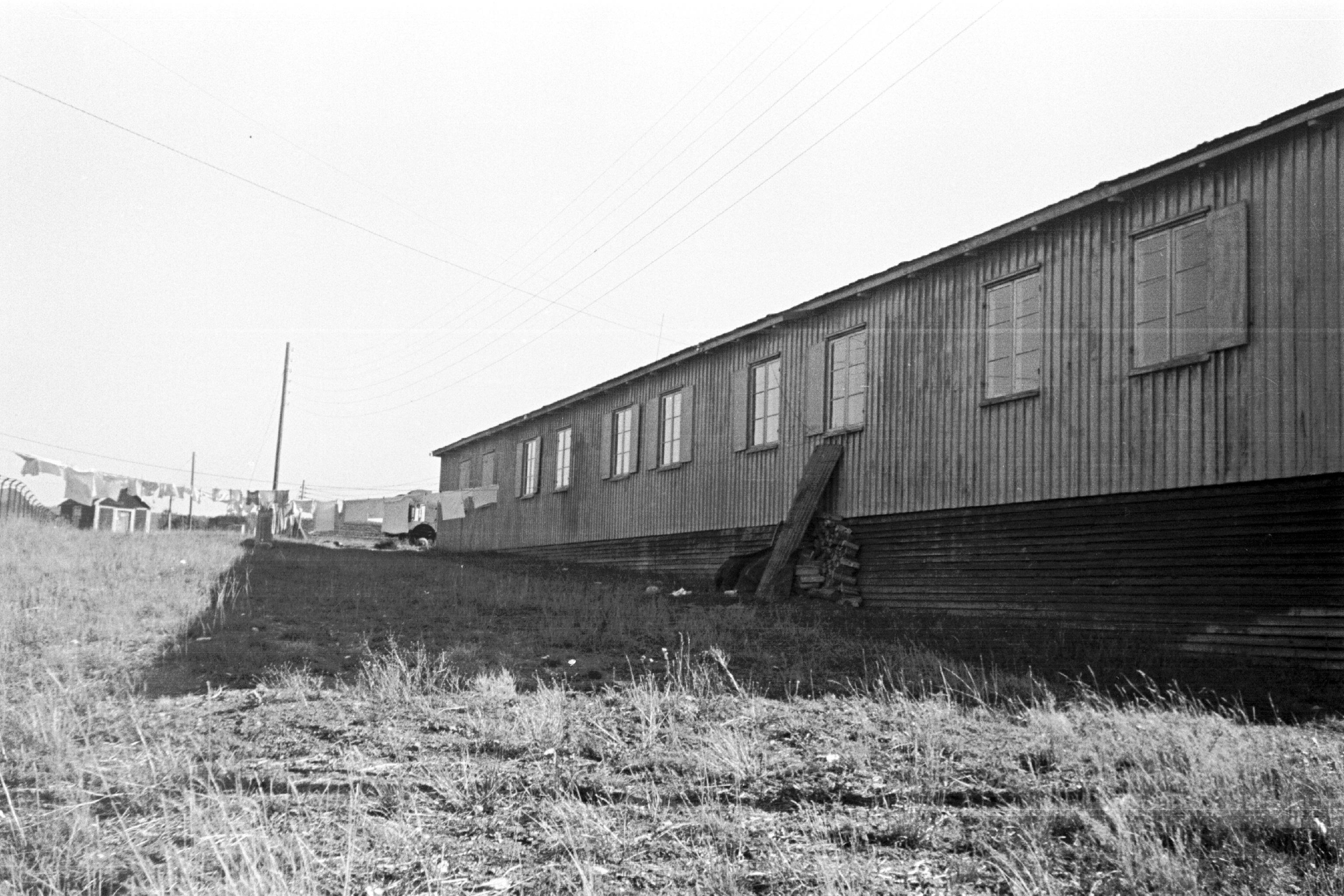 Foto fra arkivet etter Byggedirektøren. Tyskerbrakke omgjort til boliger for nødstilte etter krigen. Ukjent fotograf. A-20032/Ua/0030/005