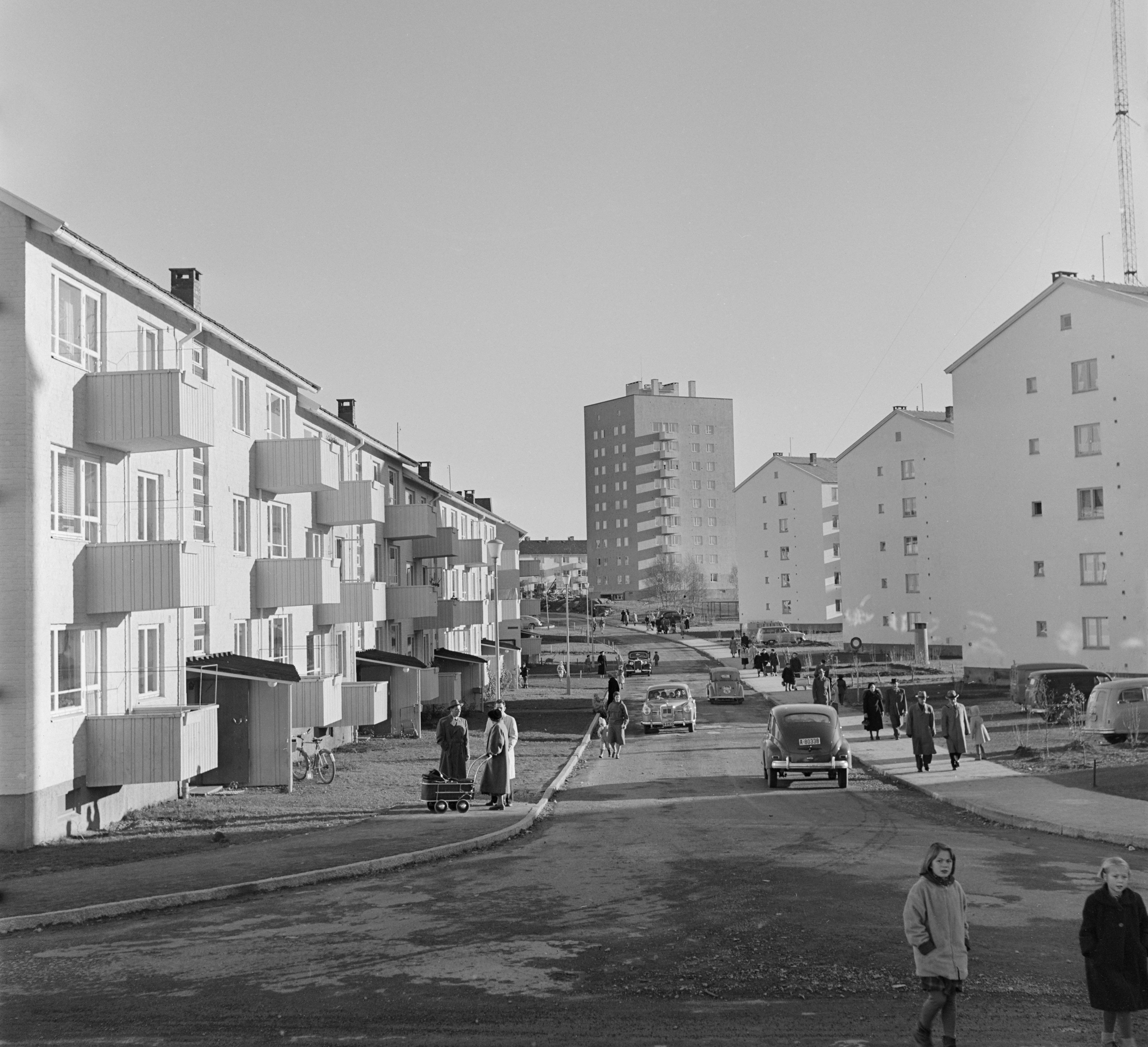 """Antenneveien på Lambertseter i 1958. Den høye blokka i bakgrunnen ble kalt for """"Gulosten"""". Fotograf: Leif Ørnelund, Oslo Museum OB.Ø58/2071b"""