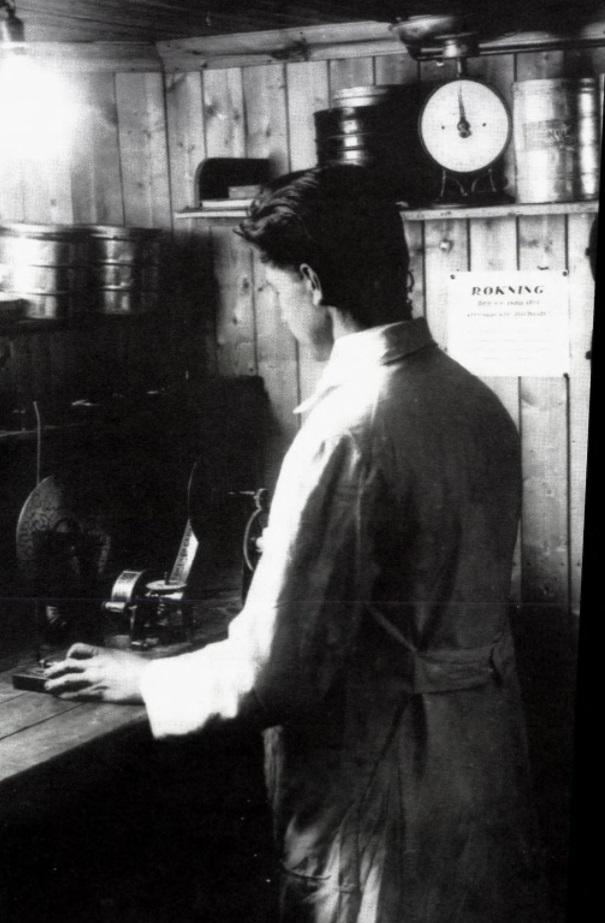 """Ottar Gladtvet på klipperommet i Bio-Film Compagnie i 1919. Bilde fra Jan Anders Diesen, """"Filmeventyret begynner"""" Norsk filminstitutt, Oslo 1999."""