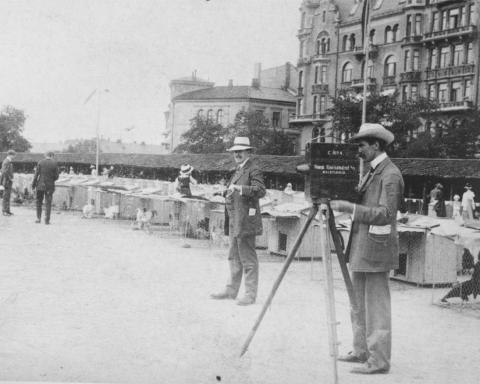Hugo Hermansen (1879—1939) var fra 1905 kinomatografbestyrer på Kinematograf-Theateret i Stortingsgata 12. Han var også produsent for flere filmer, og bildet viser Hermansen og Julius Jaenzon under en innspilling omkring 1910. Kilde: stumfilm.no.